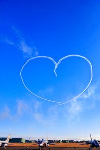 ハートマークを描くブルーインパルスのアクロバット飛行の写真素材 [FYI04023001]