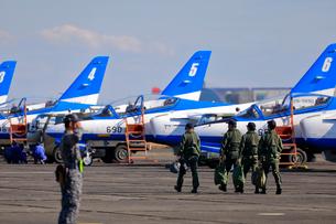 整列駐機するブルーインパルスと自衛隊の隊員の写真素材 [FYI04023003]