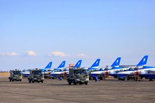 整列駐機するブルーインパルスと自衛隊の車両の写真素材 [FYI04023004]