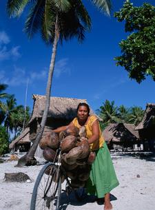 ヤシの実を運ぶ女性の写真素材 [FYI04023496]