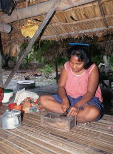 タバコを削る女性の写真素材 [FYI04023499]