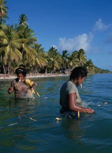 口を使う漁法の写真素材 [FYI04023509]