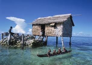 水上家屋と子供カヌー ソロモン諸島の写真素材 [FYI04023572]