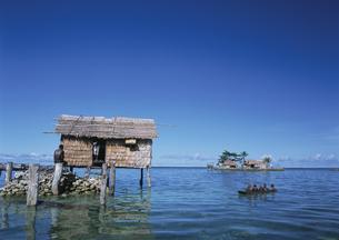 水上家屋と子供カヌー ソロモン諸島の写真素材 [FYI04023576]