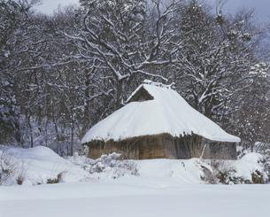 ワラ葺き家屋と雪の写真素材 [FYI04023726]
