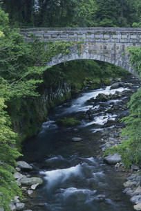 橋と流れの写真素材 [FYI04023728]
