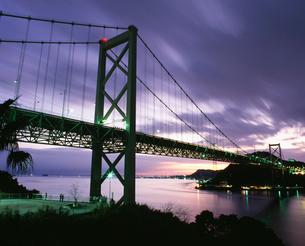 夜明けの関門橋の写真素材 [FYI04023733]