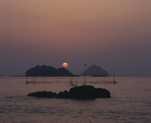満珠・千珠の朝日の写真素材 [FYI04023737]
