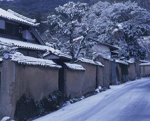雪の土塀の写真素材 [FYI04023738]