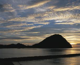 菊ヶ浜の夕日の写真素材 [FYI04023781]