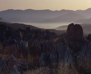 山焼き後の秋吉台の写真素材 [FYI04023824]