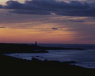 残照の灯台の写真素材 [FYI04023851]
