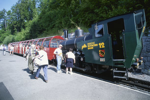 ブリエンツ駅と機関車 ロートホルンの写真素材 [FYI04023880]