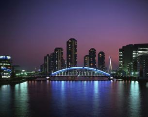 永代橋と佃島のマンション群夕景の写真素材 [FYI04025956]