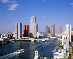 勝どき橋と隅田川の水上バスの写真素材 [FYI04025962]