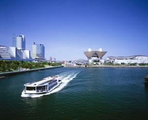 東京ビッグサイトと水上バスの写真素材 [FYI04025966]