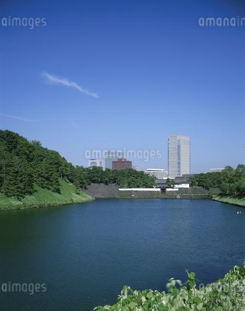 皇居桜田門と新しい丸ビルの写真素材 [FYI04025968]