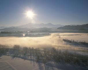 川霧立つ冬の信濃川と越後三山の写真素材 [FYI04025988]