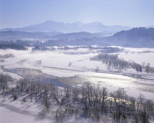 川霧立つ冬の信濃川と越後三山の写真素材 [FYI04025991]