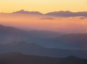 乗鞍位ヶ原から朝の山並みと八ヶ岳遠望の写真素材 [FYI04026007]