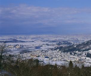 冬の越後平野と弥彦山の写真素材 [FYI04026008]