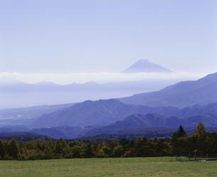 八ケ岳牧場から富士山を見るの写真素材 [FYI04026012]