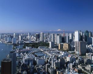 汐サイトのビル群と富士山の写真素材 [FYI04026032]