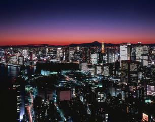 汐サイト方向の夕景と富士山の写真素材 [FYI04026033]