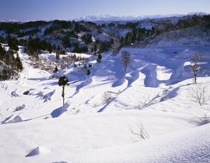 冬の松代の棚田と越後三山の写真素材 [FYI04026053]