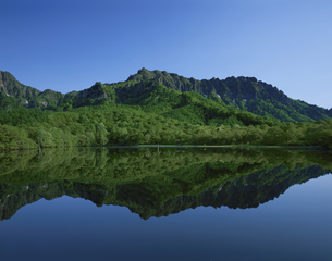 鏡池と戸隠連峰 6月   長野県の写真素材 [FYI04026059]