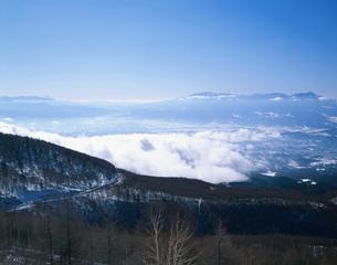 高峰高原より望む冬の佐久平の写真素材 [FYI04026084]