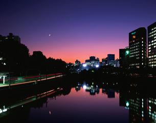 市ヶ谷駅と三日月と夕焼けの写真素材 [FYI04026096]