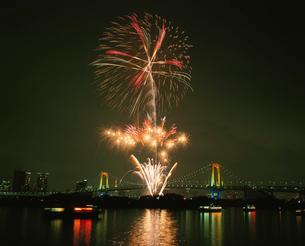 潮風公園より望むレインボーブリッジと冬花火の写真素材 [FYI04026106]