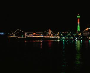 氷川丸とマリンタワーのライトアップの写真素材 [FYI04026109]