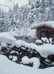 冬の蟹場温泉 露天風呂の写真素材 [FYI04026176]
