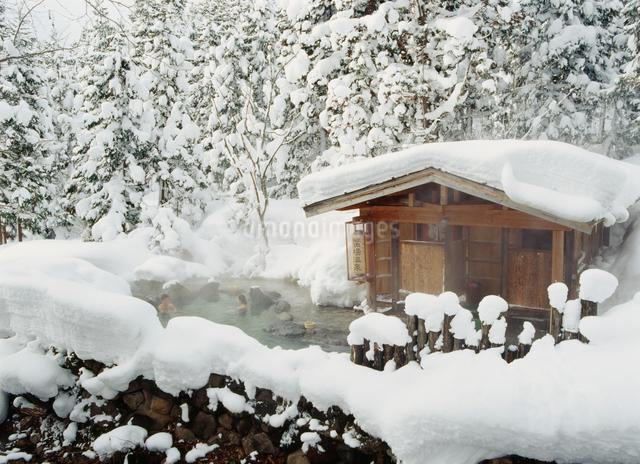 冬の蟹場温泉の露天風呂の写真素材 [FYI04026182]