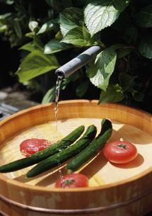 自噴する清水と野菜の写真素材 [FYI04026328]