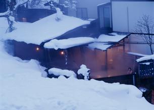 冬の妙の湯温泉露天風呂 乳頭温泉郷の写真素材 [FYI04026372]
