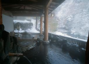 冬の鷹の湯温泉露天風呂 秋の宮温泉郷の写真素材 [FYI04026378]