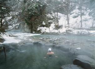 冬の鷹の湯温泉露天風呂 秋の宮温泉郷の写真素材 [FYI04026379]