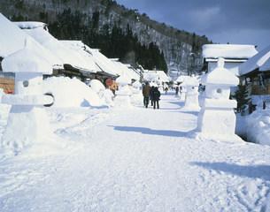 冬の大内宿 雪祭期間内の風景の写真素材 [FYI04026391]