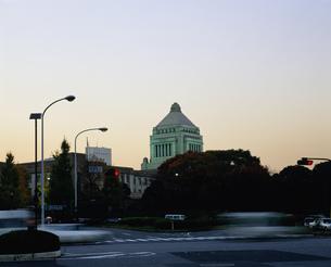 国会議事堂の夕景の写真素材 [FYI04026436]