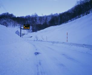 凍結した冬の道の写真素材 [FYI04026477]