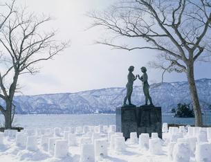 冬の十和田湖と乙女の像の写真素材 [FYI04026486]