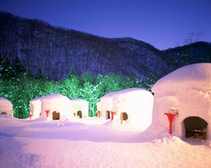 湯西川温泉 氷のぼんぼりとかまくら祭の写真素材 [FYI04026805]
