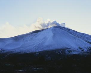 鬼押ハイウェイより望む噴煙を上げる浅間山の写真素材 [FYI04026860]