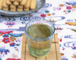 サンピン茶と沖縄のお菓子チンスコーの写真素材 [FYI04026871]