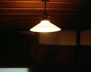 民家の古い明かりの写真素材 [FYI04026882]