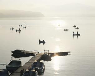 朝の山中湖と釣り人の写真素材 [FYI04026941]