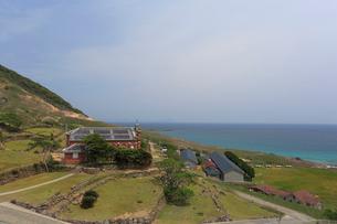旧野首教会と野崎島自然学塾村の写真素材 [FYI04027478]